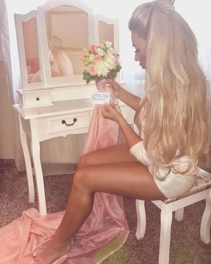 Juhuuu! Heute geht's los! ���� Brautmodenshooting für @brilliant_hochzeitsmoden �� Okeeee... Bei 31 grad vllt nicht so ganz die cleverste Beschäftigung�� hahah aaaaber ich freu mich! __ Tausend Dank an @famullinafloraldesign für den tollen Strauß! ��❤️�� ___ #shooting #bride #flowers #brautstrauß #bride flowers #schminktisch #cosmetics #instadaily #instagood #blonde #lashes #dressingtable #makeuptable #hannover #wunstorf #ootd #livingroom #photography #lashes #selfmade #flowerdesign #bridal…