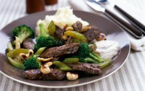 Gyors marhahúsos-brokkolis egytálétel Ha kapunk szép bélszínt, akkor elkészíthetjük ezt a könnyű és nagyon egészséges fogást.