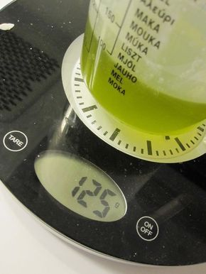Här följer info om hur man tillverkar kallrörd tvål, från grunden! :D Tänkte dela med mig av ett grundrecept om ni vill pröva att göra själva, och några bilder. Tyvärr är det inte de bästa…