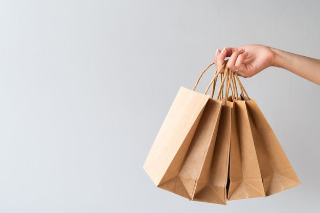 Download Hand Holding Paper Bags With Copy Space Paper Bag Pretty Wallpapers Freepik