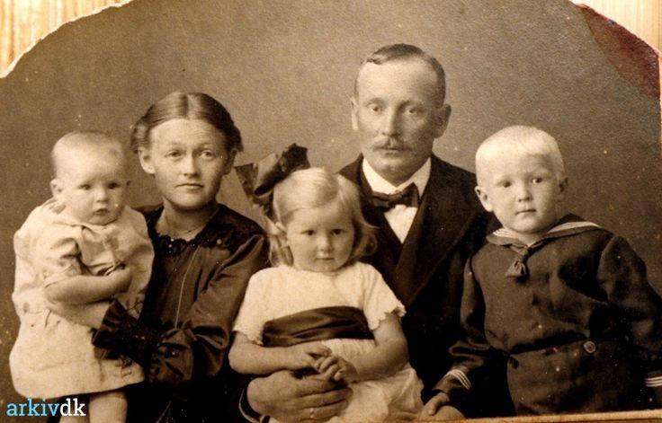 arkiv.dk | Portræt af Marie og Peter Rønn med børn.