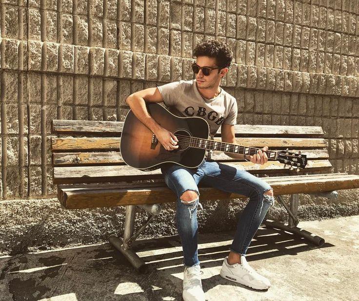 """311.5 mil Me gusta, 3,258 comentarios - Ruggero Pasquarelli (@ruggeropasquarelli) en Instagram: """"Listo con mi guitarra para un nuevo show en Costa Rica  FELIZ DOMINGO PARA TODOS ❤️ total look…"""""""