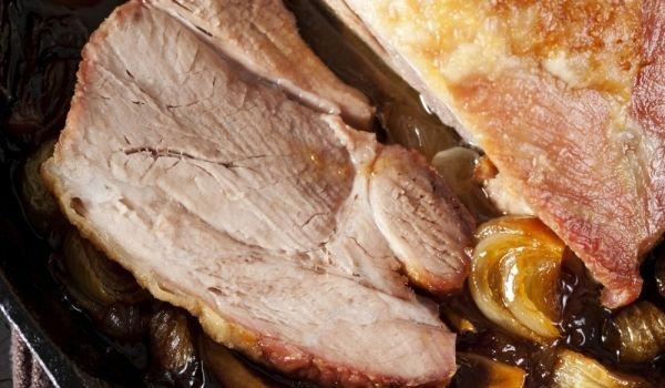 Едно от най-важните услови за свинското печено е, че месото се сервира задължително добре изпечено. Готовото свинско печено се реже на тънки резени и се разпределя в чинии. Отгоре се залива със соса, декорира се с червен зеленчук и се поднася топло.