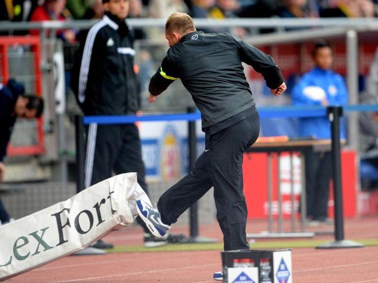 Braunschweigs Trainer Torsten Lieberknecht muss im Bundesligaduell mit Nürnberg Dampf ablassen. Leidtragender Blitzableiter ist eine unschuldige Werbebande. (Foto: Peter Steffen/dpa)