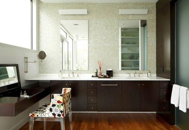 Stanza da bagno moderna con piastrelle a mosaico color crema e ante in legno bruno