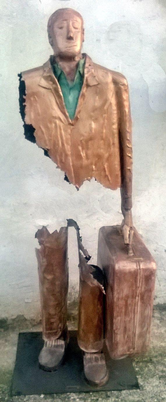 SCULTURA Uomo con la valigia  in lamiera di di FerroFArtistico, €2000.00