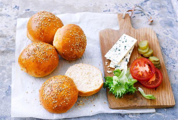 Hampurilaissämpylät ✦ Näistä ei itsetehdyt hampurilaissämpylät enää parane. Näitä tehdään hitaasti ja hartaudella, mutta vain niin saa aidon New York -hampurilaissämpylän luotua. http://www.valio.fi/reseptit/hampurilaissampylat/