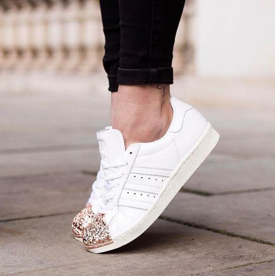 Der Sneaker 'Superstar 3D' @aboutyoude kommt im charakteristischen Adidas  Design mit Streifen und