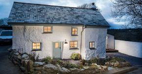На юго-западе Англии в графстве Корнуолл находится дом, который был построен лет 300 назад. В глаза сразу же бросаются серые стены, маленькие окна, низкий дверной проем. Стоит признать, что снаружи этот дом выглядит неказисто, но стоит переступить его порог, мнение о жилище меняется кардинально.