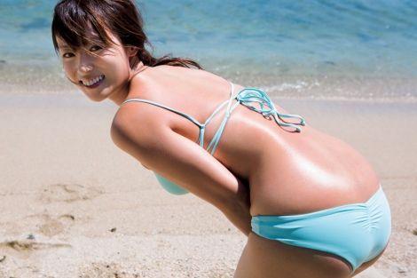 無邪気な笑顔でセクシーな水着姿を披露した深田恭子 色っぽいぞ此の腰回り御尻の辺り。