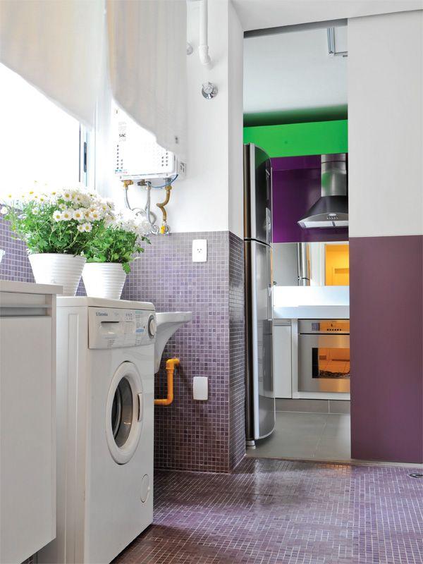 Raio x desta lavanderia - Piso e paredes: pastilhas de vidro (2 x 2 cm, ref. HF60, da Colormix) cobrem o espaço (na parede, até 1,20 m de altura). Paredes (parte superior): laminado texturizado branco (Marcenaria Yamato). Portas: receberam tinta esmalte roxa até 1,20 m (ref. Suco de Uva, da Suvinil). Iluminação: dimerizável, com spots de alumínio que correm em trilho (Reka).