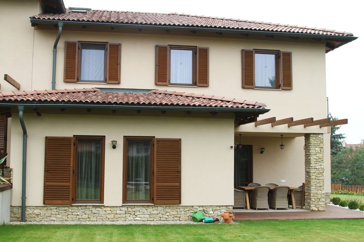 Ablakok fa keretben - homlokzat ötlet, mediterrán stílusban