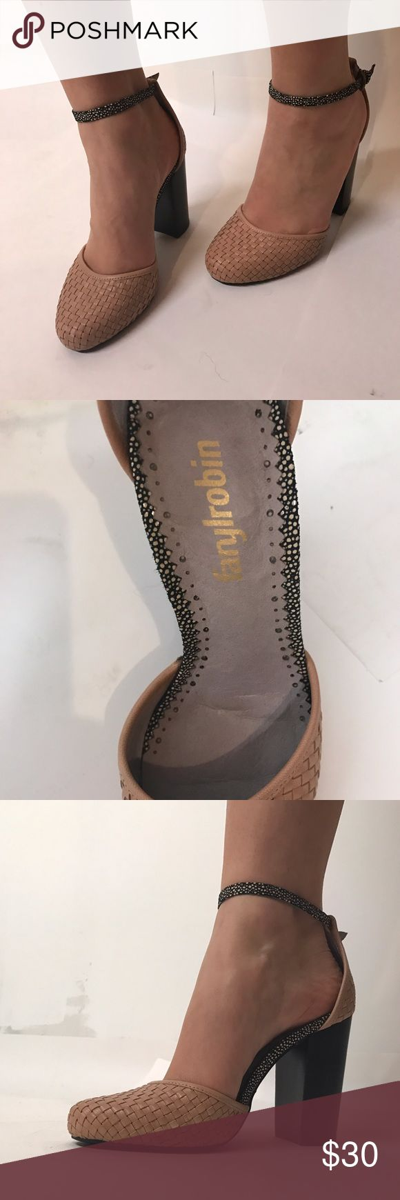 Faryl Robin Closed Toe Shoes 5.5 A beautiful pair of heels. Match it with pretty much any outfit. Faryl Robin Shoes Heels
