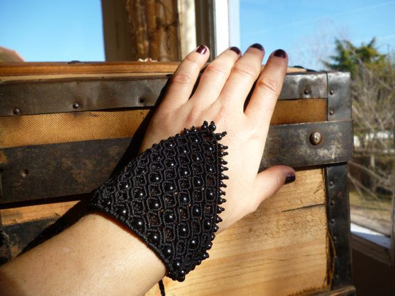 Original bracelet with a triangular shape. Adjustable size in the wrist. insertion of hematites. Ultra resistant brasilian waxed thread. Unique piece