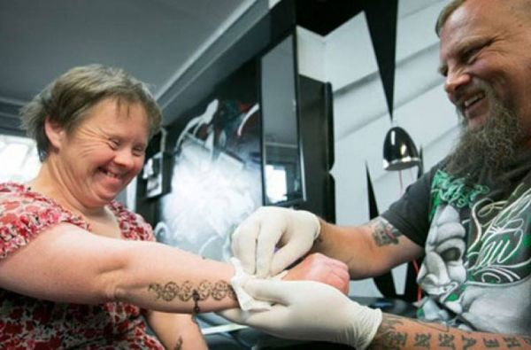 Δωρεάν τατουάζ σε γυναίκα με σύνδρομο down http://down-syndrome.gr/news/item/116-dorean-tatouaz-se-gynaika-me-syndromo-down
