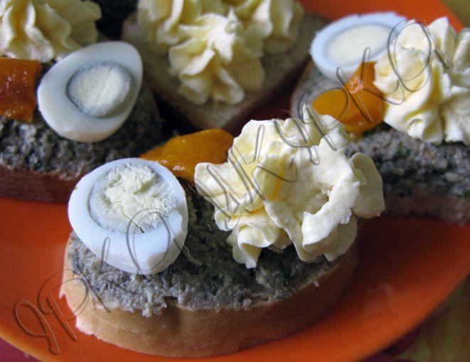 Маса для канапок. 1) В блендер викласти і збити:  3 варені яйця 300г печериць, підсмажених на маслі з 1-2 цибулинами.  Додати дрібно порізану зелень петрушки чи кропу, вимішати, додати сіль-перець.  2) В блендері змішати:  3 плавлені сирки (шукайте сирки, а не продукт сирний :smile: ) 2 варені яйця 2 ст.л. масла 1ст.л. майонезу  При бажанні можна використати сирки з різними смаками, додати до маси часник, зелень або паприку.