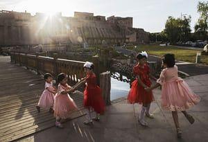 Las niñas bailan durante las celebraciones de Eid Al Fitr en el casco antiguo de Kashgar, en la provincia de Xinjiang, en el extremo occidental de China