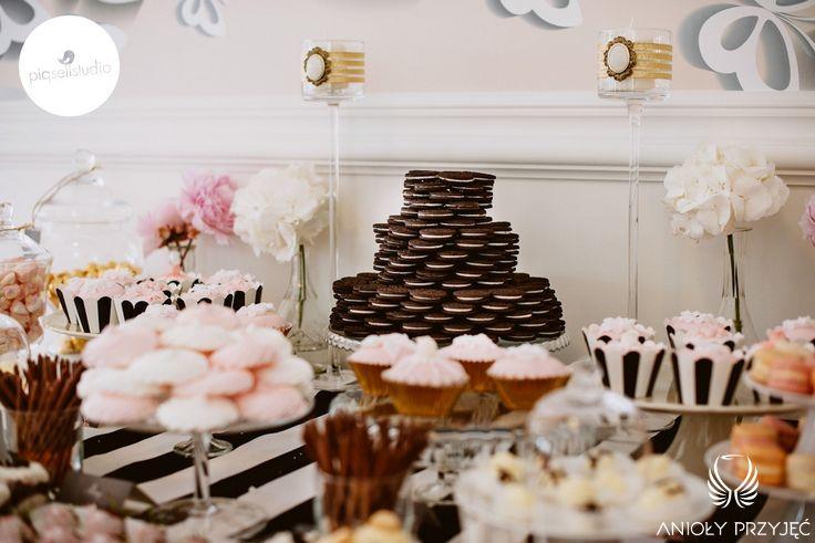 7. Glamour Wedding | Sweet table | Sweetness | Cupcakes | Cake-pops | Macaroons | Dessert shooters | Meringues | Strawberries in white chocolate | Strawberry coctail | Tartlets | Oreo cake / Wesele galmour | Słodki stół | Słodkości | Muffiny | Makaroniki | Deserki | Bezy | Truskawki w białej czekoladzie | Koktajl truskawkowy | Tartaletki | Tort z ciasteczek Oreo | Anioły Przyjęć