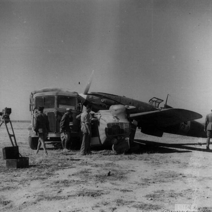 Aer. Macchi C.202 Folgore in Africa Settentrionale tamponamento con autoveicoli dell'Istituto Luce