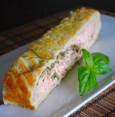 Как поразить гостей эффектным и изящным основным блюдом, затратив на приготовление минимум усилий? Запеките хороший, качественный основной ингредиент в готовом слоеном тесте!