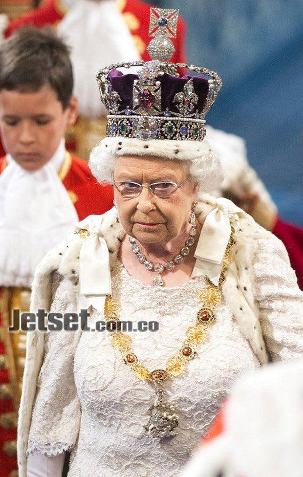La reina lució la corona imperial del Estado, avaluada en unos 300 millones de euros; un collar de chatones de diamantes, de un millón de euros; y el collar de la Orden de San Jorge, cuyo broche vale otros 5 millones de euros.