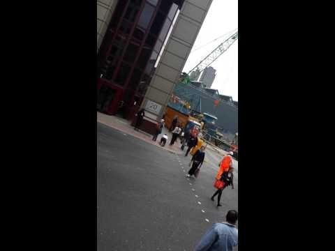 Video: mujer pasea a su esposo como si fuera un perro por las calles de Londres   Noticias Insólitas