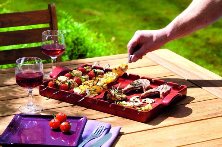 #EmileHenry realizza #GrandCru, un #GrillBarbecue che rende facile e innovativo l'utilizzo del barbecue.  Grazie alla #ceramica #BBQ, che protegge la carne e le verdure dal fuoco diretto, puoi cucinare gli spiedini in un modo omogeneo e naturale appoggiandoli sulle fessure della griglia. La ceramica BBQ protegge i valori nutritivi degli #alimenti, grazie al trasferimento di #calore dolce e naturale…