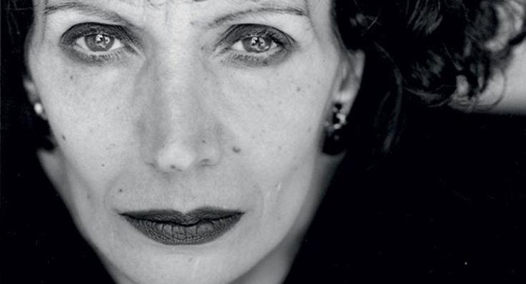 """Ζyranna Zateli """"Ο χρόνος είναι ένας καθρέφτης που όπως τον κοιτάζεις έτσι θα σε κοιτάξει"""", η Ζυράννα Ζατέλη μέσα από μια καλειδοσκοπική αφήγηση αποκαλύπτει την """"ηδονή στον κρόταφο"""", τα μυστικά της μαγικής της γραφής.                                                 Mότο: """"Ας πούμε ότι γράφουμε για να απαλύνουμε τη ροή του χρόνου, να δώσουμε μια πιο ενδόμυχη διάρκεια και διάσταση στο εφήμερον του βίου""""."""