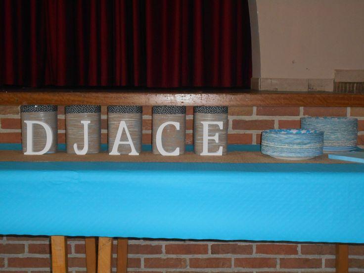 Het bestek voor onze babyborrel werd bewaard in deze hergebruikte potten babyvoeding. Volledig omwikkeld met ruw touw en gedecoreerd met houten letters. Boord is zelfklevende stof (in tapevorm).