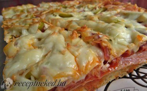 Baconos kolbászos pizza tepsiben sütve recept