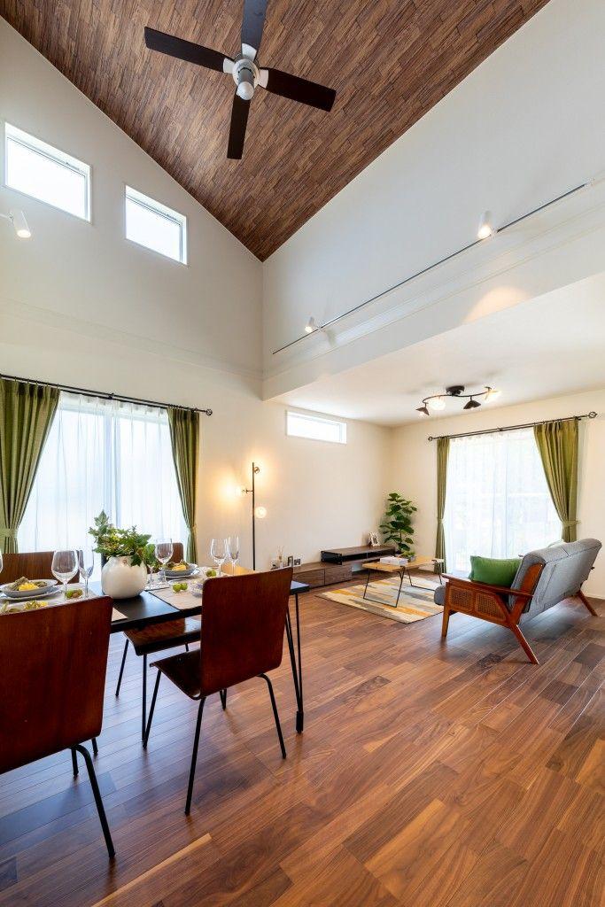 木目の天井や やわらかなアクセントクロスが優しい暮しを演出します