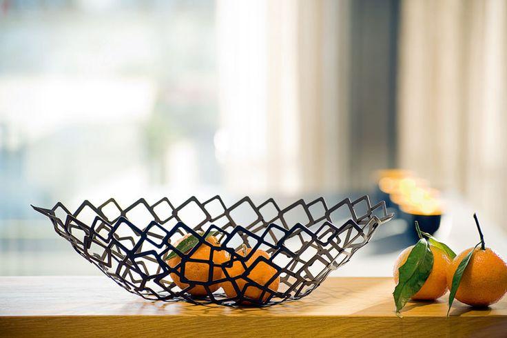 Philippi Crescent je nadčasová mísa na ovoce z ušlechtilé oceli. Extra lehké provedení vás mile překvapí.