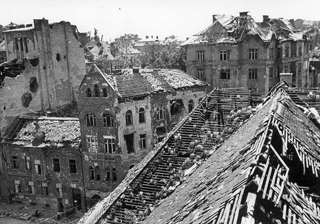 Kilátás a Krisztinavárosi plébániatemplom tornyából. Balra, alul a Gellérthegy utca torkolata a Krisztina térnél