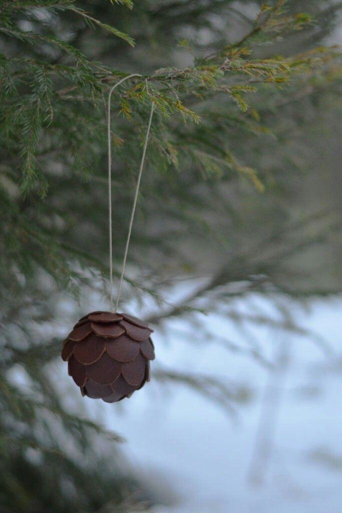 Julgranskula av läderspill