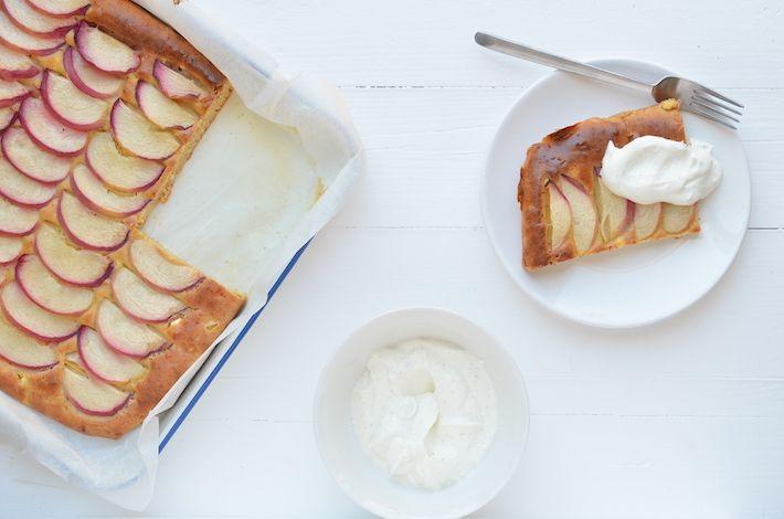 Een lekkere plaatcake met Hüttenkäse, perziken en vanilleroom.