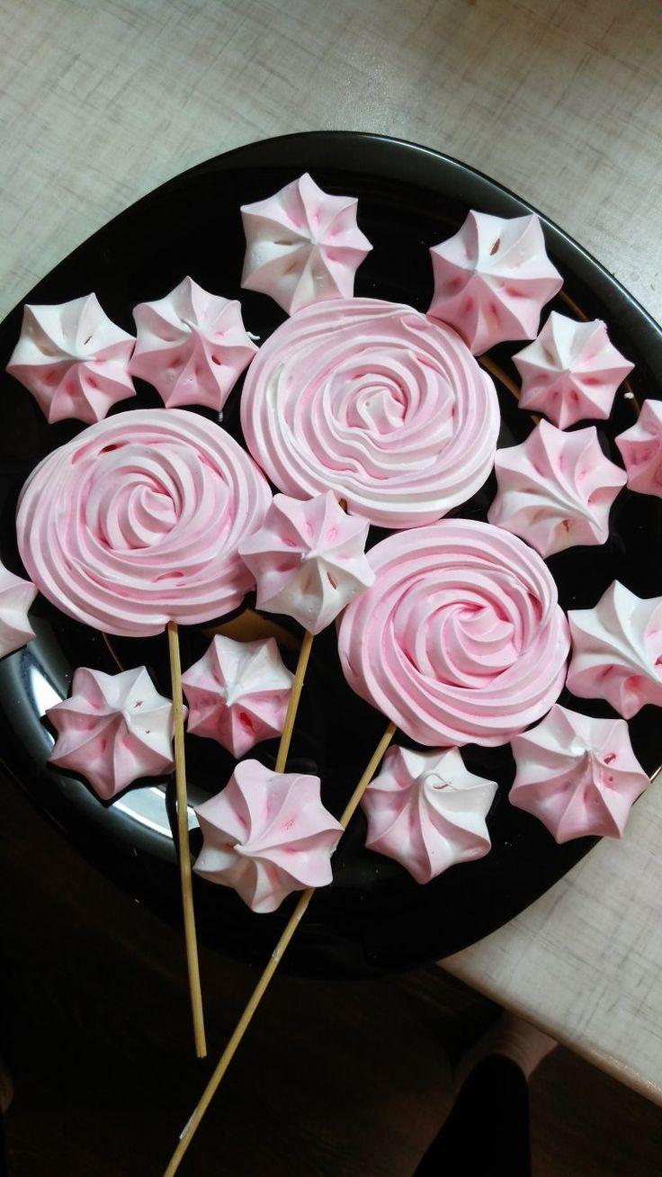 Меренга на палочке - самостоятельный десерт, а также очень эффектный и несложный декор для ваших тортов! Пошаговый рецепт с фото и много полезных советов.