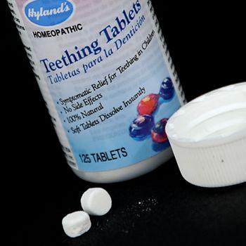 La FDA advierte a los consumidores que el uso de pastillas y geles homeopáticos para el alivio de los síntomas de la dentición (el crecimiento de los dientes) puede presentar un riesgo para los bebés y los niños. La FDA recomienda que los consumidores dejen de usar estos productos y se deshagan de los que ya tengan. http://go.usa.gov/xKzRc  Los pastillas y geles homeopáticos de CVS, Hyland's y posiblemente de otras marcas pueden adquirirse en comercios locales y a través de Internet.  Los…