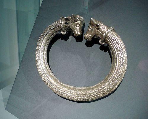 Binário de prata Celta (Kunst der Kelten, Historisches Museum Bern)