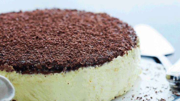 """Navnet på den skønne italienske dessert tiramisu betyder: """"Hiv mig op"""" og skyldes måske dens evne til at kvikke op på humøret. Her får du en lidt anderledes opskrift på tiramisù-lagkage, med chokoladebunde i stedet for de traditionelle ladyfingers. Dejligt smager den især sammen med en god kop stærk kaffe"""