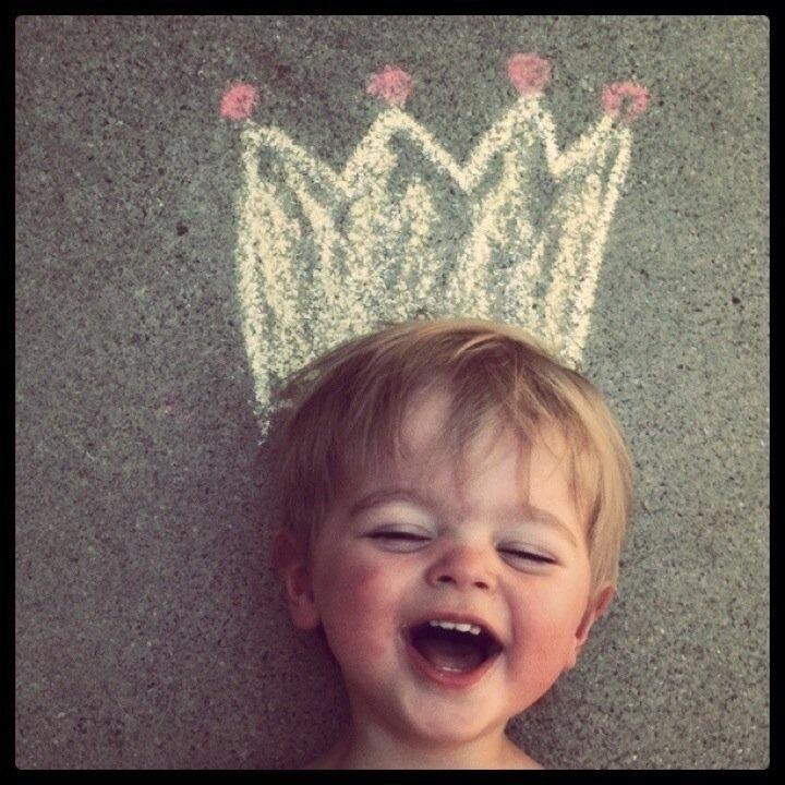 Koningsdag - kinderen tekenen zelf met stoepkrijt een kroon op het plein. De leerkracht of een ouder kind maakt een foto van het kind met op z'n hoofd een kroon.