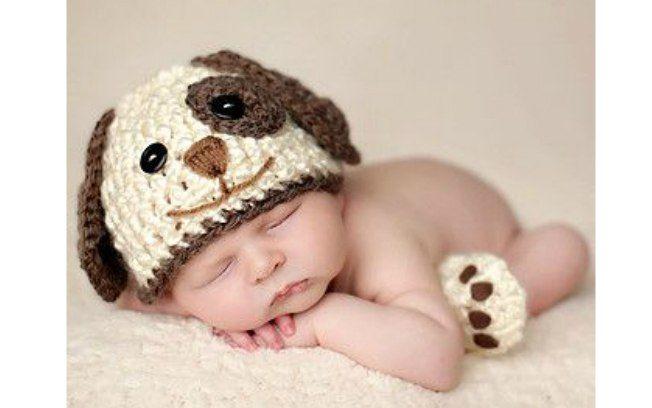 Com touquinha e meias, fantasie seu filho de cachorrinho. Foto: Pinterest/Courtney May