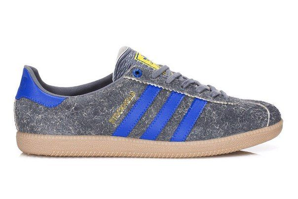 """Adidas Stockholm x Sneaker'N'Stuff Consortium """"Your City Pack"""" Drop 2. Release: 2009. Совместная работа Adidas и Sneaker'N'Stuff наполнена шведским духом. Кроссовки Adidas Stockholm вдохновлена пасмурным стокгольмским небом и выполнена из нечесаной замши серого цвета. Оригинальные цвета модели, синий и желтый, дизайнеры решили оставить, но перенесли их исключительно на полоски, сделав внешние полосы синими, и внутренние желтыми. Логотип S'N'S на пятке и золотые надписи Stockholm и…"""