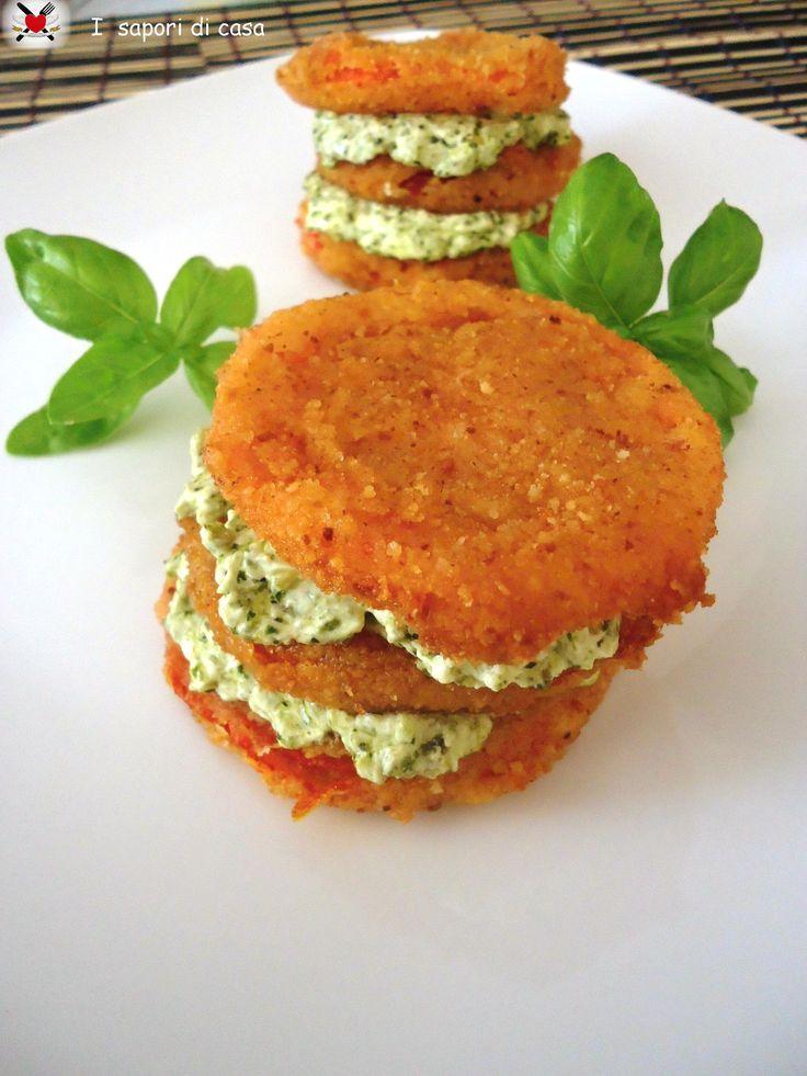 Millefoglie di pomodori fritti croccanti con mousse al pesto
