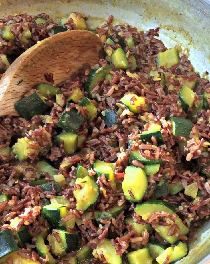 Briciole di Sapori: Riso rosso integrale con zucchine e curry su crema di cannellini. Bontà e salute insieme...
