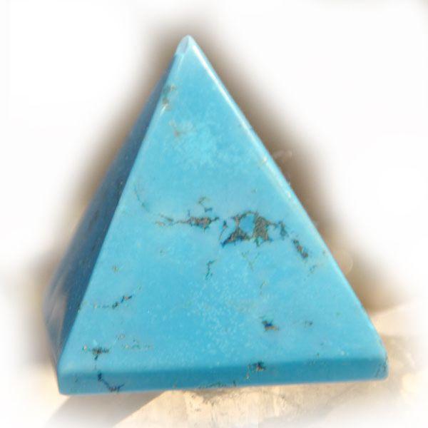 """Σύμβολο της γης στη μητρική της μορφή. Η πυραμίδα αποτελεί σύνθεση διαφορετικών σχημάτων, το καθένα με τη δική του σημασία. Η βάση είναι τετράγωνη και αντιπροσωπεύει τη γη. Η κορυφή είναι σημείο εκκίνησης και κατάληξης όλων των πραγμάτων, το μυστικό """"κέντρο"""" και αυτό που ενώνει την κορυφή με τη βάση είναι οι προσόψεις σε σχήμα τριγώνου,σύμβολα της φωτιάς, της θείας αποκάλυψης και του τριγώνου της Δημιουργίας!Σύμβολο απόλυτης προστασίας! Φέρνουν περισσότερο φως! Ανοίγουν την εσωτερική…"""