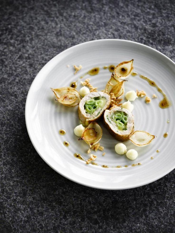 """Het lekkerste recept voor """"Kalfsrolletjes met gekarameliseerde ui"""" vind je bij njam! Ontdek nu meer dan duizenden smakelijke njam!-recepten voor alledaags kookplezier!"""