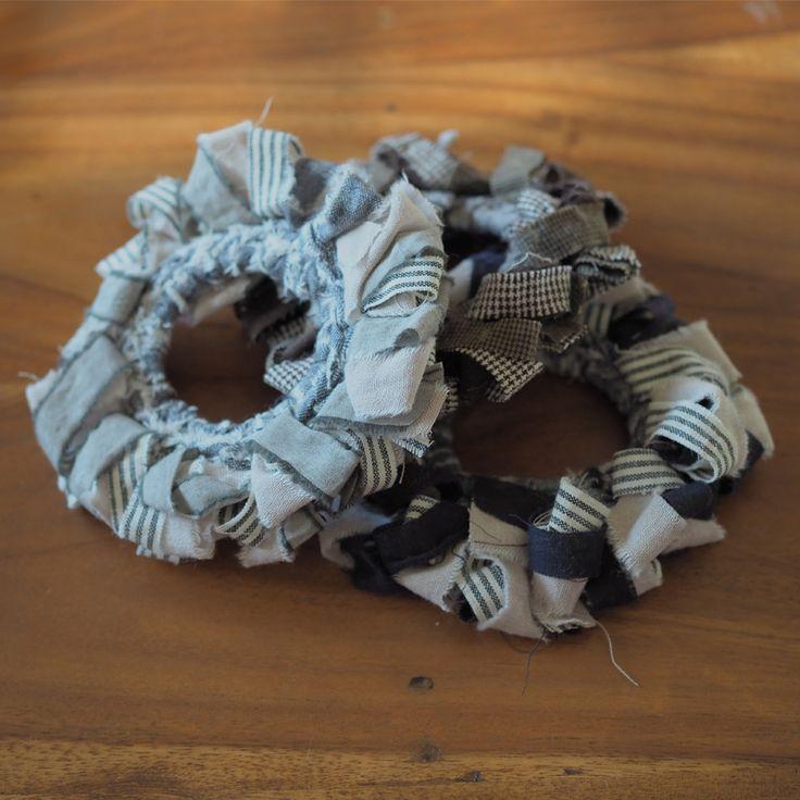 裂き編みで編んだシュシュにたっぷりとした裂き布フリルがナチュラルな装いのアクセントになります。  裂き布の端はあえて切りっぱなしにし、そのやわらかな風合いを感じていただけます。   toromeco 裂き布のフリルシュシュ  http://kanden43.tokyo/SHOP/302-011.html   #HoldinghandsHerat #toromeco #アサコサージュ #裂き布のフリルシュシュ #裂き布 #裂き布のシュシュ #フリルシュシュ #シュシュ #ヘアアクセサリー #アクセサリー #ナチュラルアクセサリー #レディースファッション #ナチュラルファッション #ナチュラル #ナチュラル系 #セレクトショップ