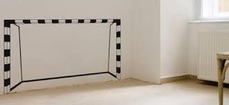 Arco de fútbol pintado en la pared