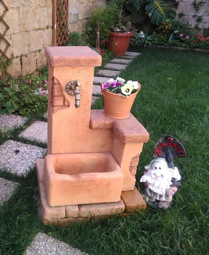 Fontana da giardino in finta pietra, modello: Fonte del casale easy mattone. Località: San Nicola La Strada (Caserta).