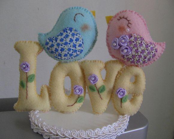 Topo de bolo com a palavra LOVE  e um lindo casal de passarinhos, confeccionado em feltro. R$ 45,50